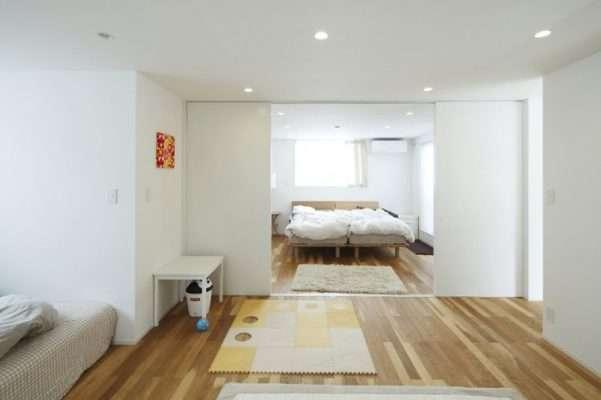 Cửa trượt thường được sử dụng trong phòng ngủ của Nhật Bản để mang đến sự riêng tư khi cần thiết và cho phép năng lượng lưu thông trong không gian nội thất khi mở ra