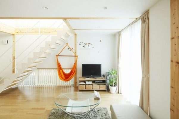 Chỉ dùng những đồ đạc cần thiết đã giúp căn phòng khách này thoát khỏi cảm giác chật hẹp, lộn xộn và làm nổi bật được vẻ đẹp của gỗ. Đồ đạc màu trắng giúp phản ánh lại ánh sáng tự nhiên.