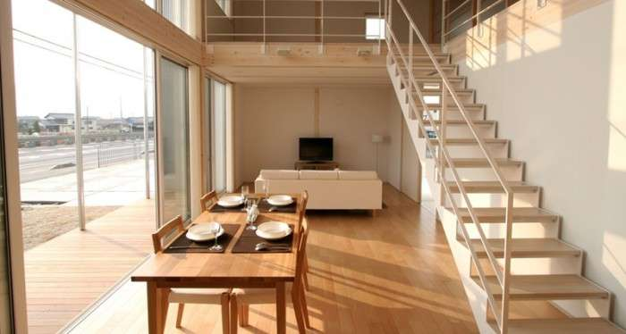 Các cánh cửa trượt giúp không gian bên ngoài và nội thất của căn hộ trong thành phố của Nhật này hòa nhập vào nhau một cách tự nhiên.