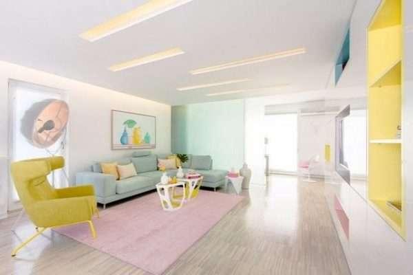 Để thiết kế nội thất phòng khách nhẹ nhàng và ngọt ngào theo gam màu pastel thì nên bắt đầu từ chiếc ghế sofa có màu sắc nhẹ dịu.